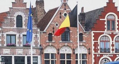 Drapeau belge et façade de maison en Flandre