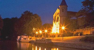 Bateaux amarrés de nuit sur le Canal du Midi