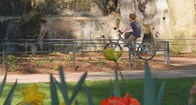 Petit garçon à vélo en Bourgogne