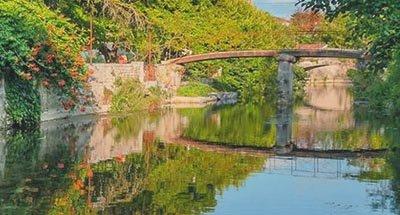 Pont sur des eaux limpides