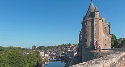 Château de Josselin et bateau Le Boat en Bretagne