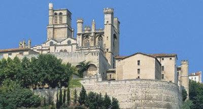 Cathédrale sur une colline le long du Canal du Midi