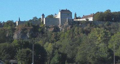 Château perché sur une falaise