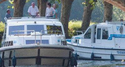 Deux bateaux Le Boat et un pont