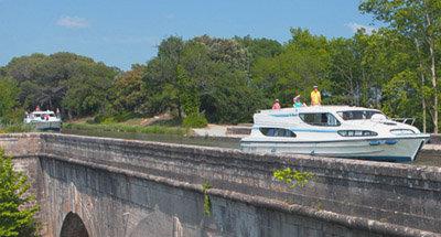 Bateaux Le Boat sur un aqueduc