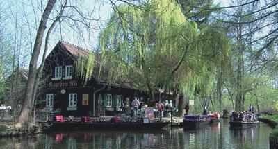 Restaurant sur les rives du canal