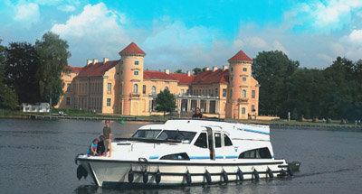Le Château de Rheinsberg et un bateau Le Boat
