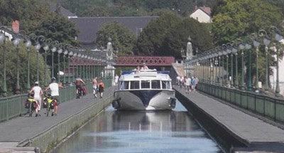 Le Vision passant sur le Pont-canal de Briare