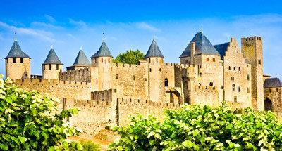 Cité médiévale de Carcassonne près du Canal du Midi