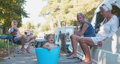 Bébé dans une bassine, Bretagne