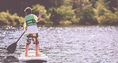 Enfant sur un paddleboard