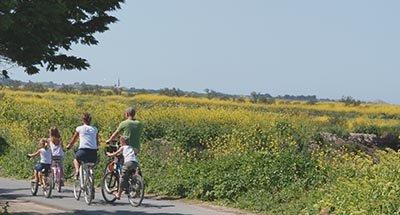 Une famille à vélo en Charente