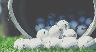 Balles de golf tombant d'un sac