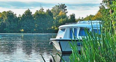 Un bateau au milieu de la nature en Charente