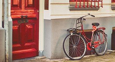 Vélo rouge et porte rouge