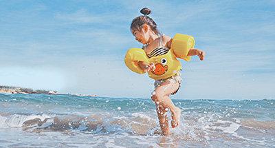 Enfants faisant du surf