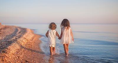 Deux enfants marchant sur la plage