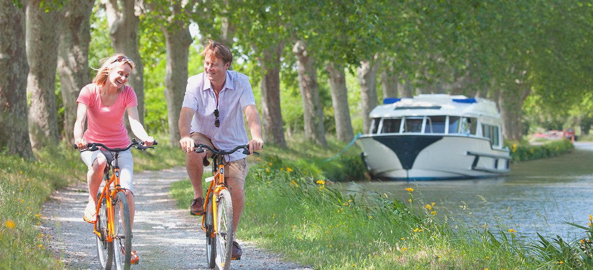 Couple profitant d'une balade à vélo au cœur de la campagne