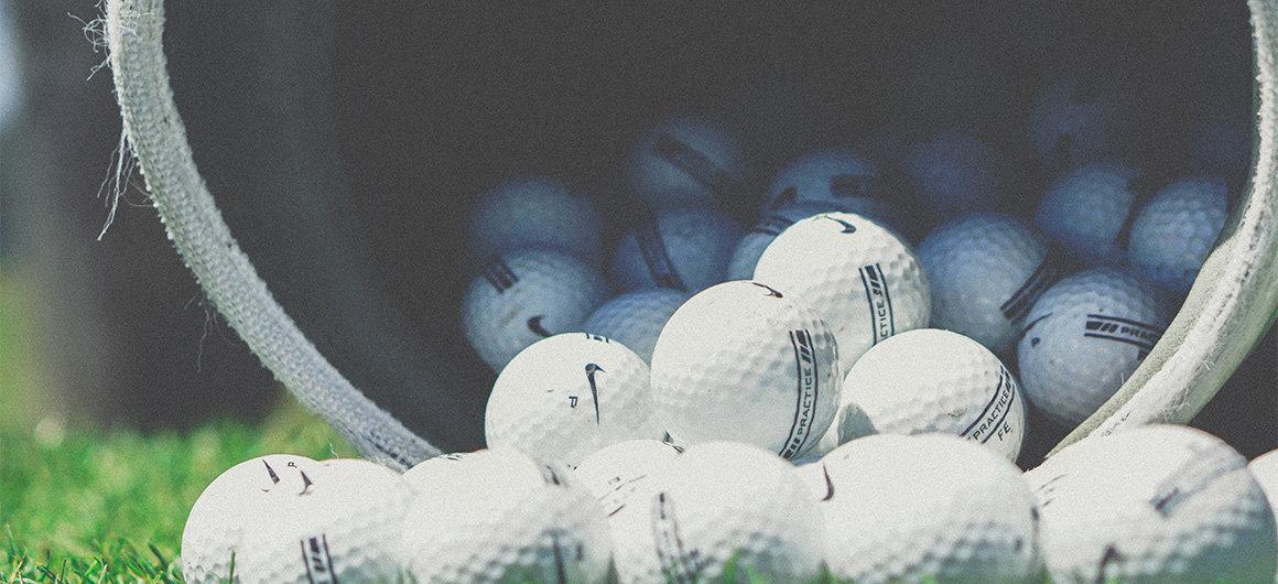 Homme jouant au golf