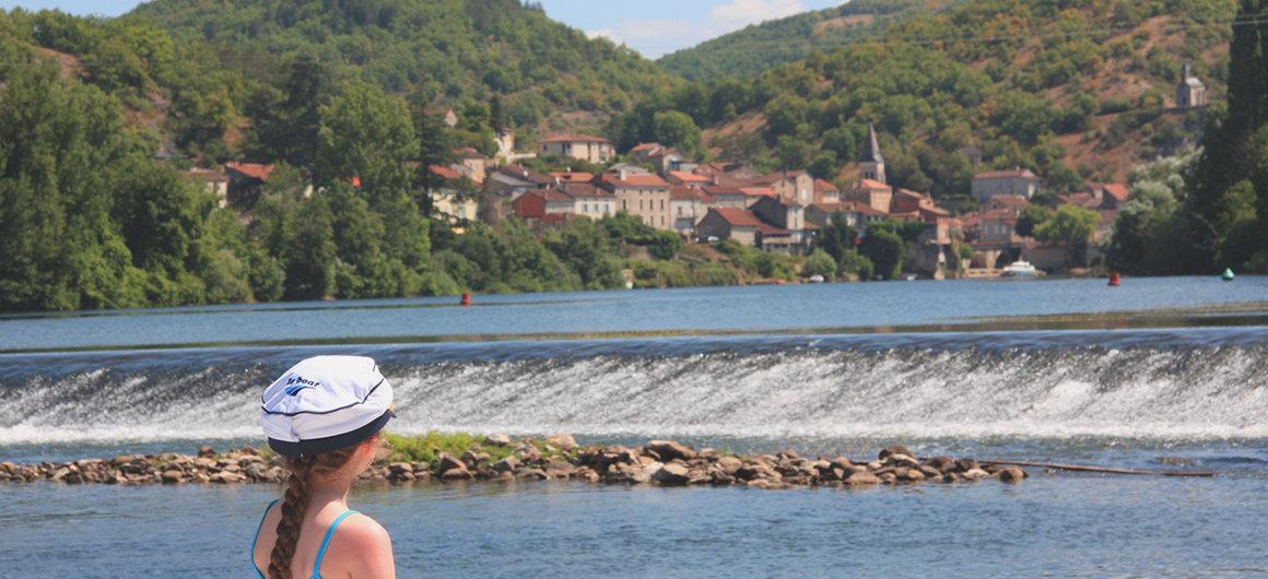 Avec une casquette Le Boat, admirant le barrage