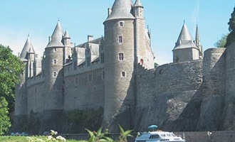 Château de Josselin et bateau Le Boat