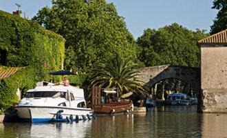 Bateau Le Boat amarré au Somail, Canal du Midi