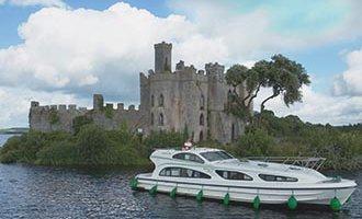 Bateau Emerald Star face à Castel Island sur le Lough Key